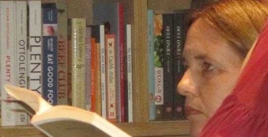 """דלילה מסל גורדון בהשקת ספרה """"הלשון הגדולה של אימא"""". לפניכם תעתוע צילום: גורדון למעשה מקשיבה ולא מקריאה, אישה אחרת קוראת מולה בספרה. צילום: אירית סלע"""